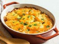 Вкусен картофен огретен с пилешко месо от филе, готварска сметана и кашкавал запечено на фурна